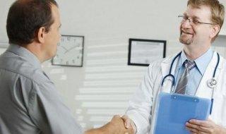 Доктор проверяет анус пациента фото — 9